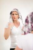 Schönes tragendes Kopftuch des Mittelalterfrauen-Krebspatienten Lizenzfreies Stockbild