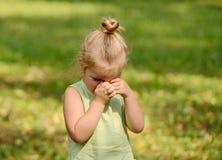Schönes trauriges Schreien des kleinen Mädchens Stockbilder