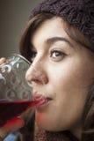 Schönes junge Frauen-Trinkglas Preiselbeersaft stockfotos