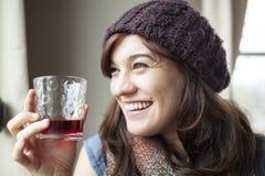 Schönes junge Frauen-Trinkglas Preiselbeersaft lizenzfreie stockbilder