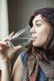 Schönes junge Frauen-Trinkglas Wasser stockfotografie