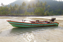 Schönes tropisches Strand-, hölzernesboot und Kokosnussbaum rudern auf beac lizenzfreies stockbild