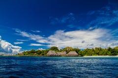 Schönes tropisches Strand- und overwaterrestaurant gestalten in Malediven landschaftlich Stockbild