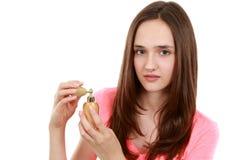 Schönes Tweenmädchen mit Parfüm lizenzfreies stockbild