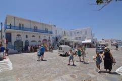 Schönes typisches weißes und blaues Quadrat mit Restaurants in Chora-Insel von Mikonos Arte History Architecture Stockfotos