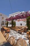 Schönes typisches weißes und blaues Quadrat mit Restaurants in Chora-Insel von Mikonos Arte History Architecture lizenzfreies stockbild