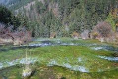 Schönes u. buntes Wasser in JiuZhai, China Stockfoto
