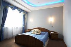 Schönes und breites Bett Stockbilder