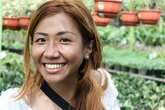 Schönes und glückliches asiatisches Mädchen, das botanischen Garten besichtigt Lizenzfreies Stockbild