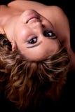 Schönes und glückliches blondes Mädchen, das sich zurück lehnt Stockfotografie