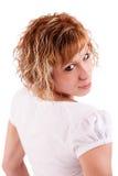 Schönes und glückliches blondes Mädchen, das zurück schaut stockfotos