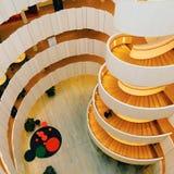 Schönes und großes Treppenhaus im Holz in einem Gebäude Lizenzfreie Stockbilder