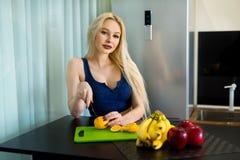 Schönes und junges blondes Mädchen mit dem langen Haar Lizenzfreie Stockbilder