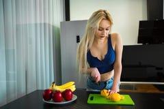Schönes und junges blondes Mädchen mit dem langen Haar Lizenzfreies Stockfoto