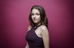 Schönes und junges Mädchen, welches die Kamera, Brunette mit dem schulterlangen Haar betrachtet Die purpurrote Spitze Leichtes Ma Stockbild