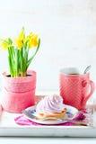 Schönes und köstliches Frühstückskonzept Backt mit Sahne und Tasse Tee auf Weinleseumhüllungsbehälter zusammen Lizenzfreie Stockfotos