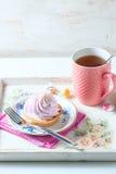 Schönes und köstliches Frühstückskonzept Backt mit Sahne und Tasse Tee auf Weinleseumhüllungsbehälter zusammen Stockfoto