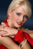 Schönes und reizvolles blondes Mädchen im roten Kleid Lizenzfreie Stockfotos