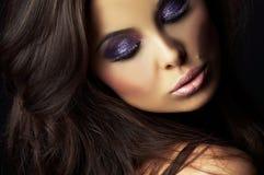 Schönes und reizvolles Brunettemädchen auf Dunkelheit stockbilder