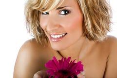 Schönes und stilvolles Mädchen mit Blume auf Weiß Stockfoto