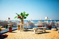 Schönes und stilvolles Terrassenrestaurant auf Strand Stockbild