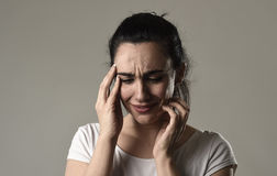 Schönes und trauriges Frauenschreien hoffnungslos und deprimiert mit Tränen auf ihren Augen, welche die Schmerz erleiden Stockbilder