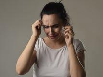 Schönes und trauriges Frauenschreien hoffnungslos und deprimiert mit Tränen auf ihren Augen, welche die Schmerz erleiden Stockfoto