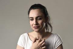 Schönes und trauriges Frauenschreien hoffnungslos und deprimiert mit Tränen auf ihren Augen, welche die Schmerz erleiden Lizenzfreies Stockfoto
