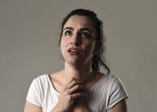 Schönes und trauriges Frauenschreien hoffnungslos und deprimiert mit Tränen auf ihren Augen, welche die Schmerz erleiden Stockbild