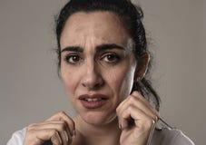 Schönes und trauriges Frauenschreien hoffnungslos und deprimiert mit Tränen auf ihren Augen, welche die Schmerz erleiden Stockfotos