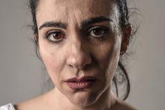 Schönes und trauriges Frauenschreien hoffnungslos und deprimiert mit Tränen auf ihren Augen, welche die Schmerz erleiden Stockfotografie