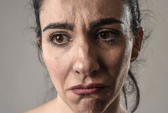 Schönes und trauriges Frauenschreien hoffnungslos und deprimiert mit Tränen auf ihren Augen, welche die Schmerz erleiden Lizenzfreies Stockbild