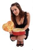 Schönes Valentinsgruß-Tagesgeschenk Holding der jungen Frau Lizenzfreies Stockfoto