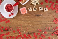 Schönes Valentinstagkonzept mit Herzen lizenzfreie stockbilder
