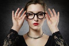 Schönes Verführungsfemme fatale in den nerdy Gläsern Stockbild