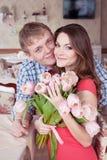 Schönes verheiratetes Paar in der modischen Kleidung, die im Weinlesecafé sitzt Weinlesedesign und -Zubehör Glückliche Paare in d Stockbilder