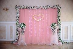 Schönes verziertes Heiratsrestaurant für Heirat Bunte Dekoration für Feier Schönheitsbrautinnenraum lizenzfreies stockbild