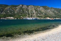 Schönes vier-bemastetes Schiff in der Bucht von Kotor, Montenegro Lizenzfreie Stockfotos