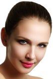 Schönes vorbildliches Frauengesicht mit blauen Augen und perfektem Make-up ist Stockbild