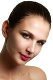 Schönes vorbildliches Frauengesicht mit blauen Augen und perfektem Make-up ist Stockfotografie