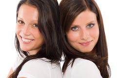 Schönes vorbildliches lächelndes Portrait mit zwei Freundinnen Stockbild
