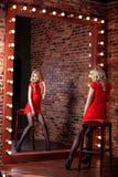Schönes vorbildliches Mädchen auf einem roten Hintergrund Die Schönheit einer Frau Stockfotos