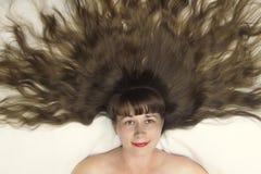 Schönes vorbildliches Mädchen mit Draufsicht des langen Haares Stockfotografie