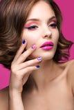 Schönes vorbildliches Mädchen mit hellem rosa Make-up und lizenzfreies stockfoto