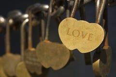 Schönes Vorhängeschloß in Form eines Heiligvalentinsgrußes der Herzliebe für immer bis Tod trennt sie nett Lizenzfreies Stockbild