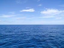 Schönes Wasser des Ozeans mit Himmel am KOH ha Stockbilder