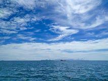 Schönes Wasser des Ozeans mit Himmel am KOH ha Lizenzfreie Stockbilder