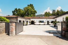 Schönes weißes Haus, im Freien Stockbilder