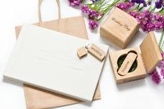 Schönes weißes Hochzeit photobook und Usb-Blitz fahren in handgemachte Holzkiste Ist hier ein Foto von 4 Strahlenkämpfern in der  Lizenzfreies Stockfoto