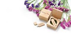 Schönes weißes Hochzeit photobook und Usb-Blitz fahren in handgemachte Holzkiste Ist hier ein Foto von 4 Strahlenkämpfern in der  Stockbilder